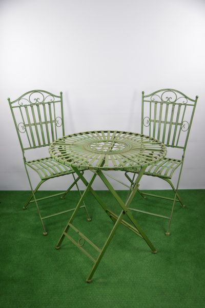 Tisch und 2 Stühle