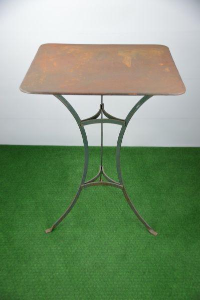 Tisch mit Eisenblechplatte